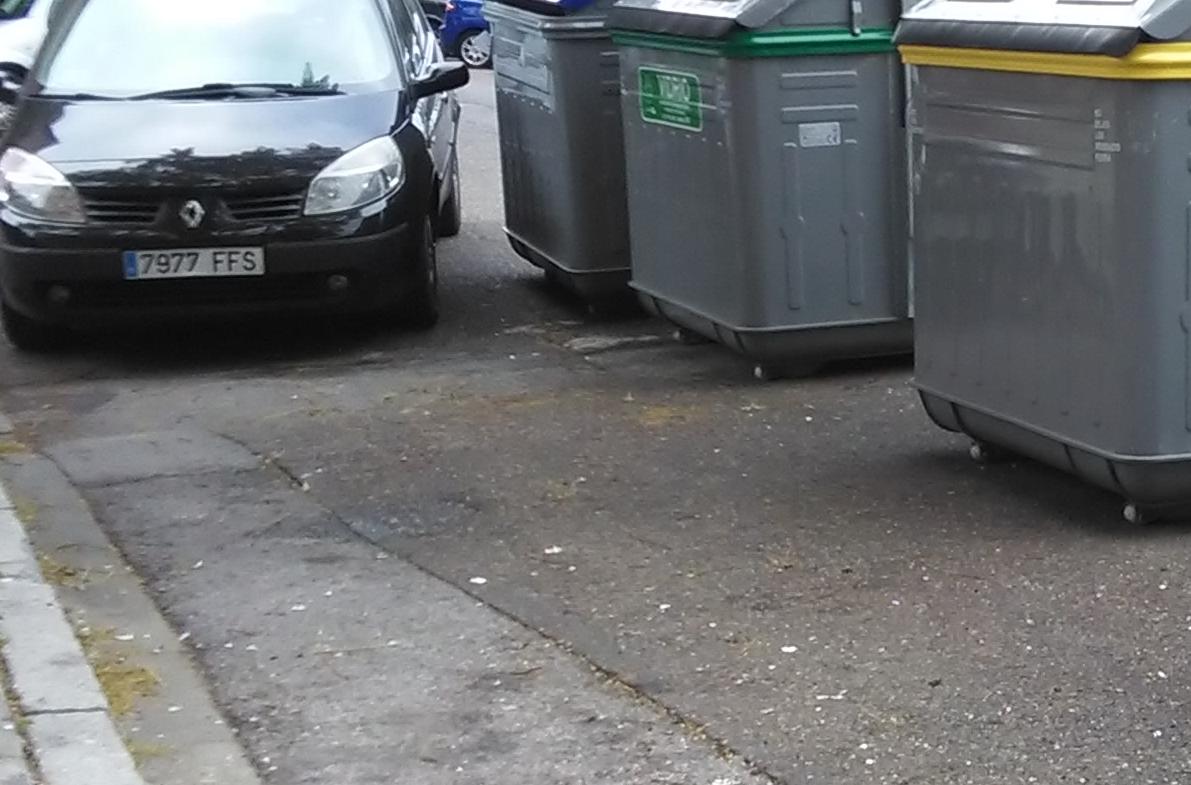 Contenedores mal aparcados