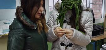 Alumnos participan en una dinámica sensorial para profundizar en la ceguera