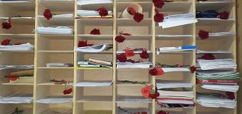 El IES Vega de Mar celebra el Día de los Enamorados con claveles rojos