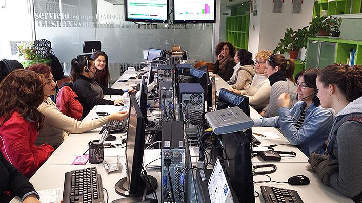 La central de teleasistencia de Granada, con las alumnas del ciclo.