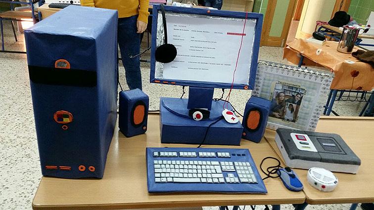 Una de las maquetas realizadas, compuesta por ordenador, teléfono y pulsadores.