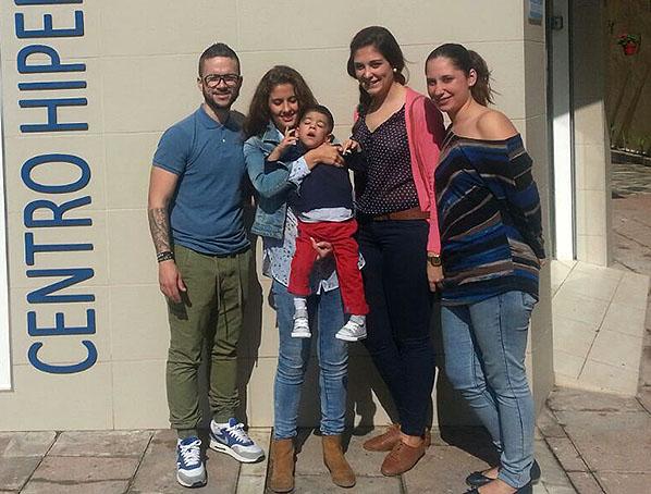 Yeray junto a sus padres y a las reporteras de 'El Independiente' Rocío Melgar y Sonia Martínez.