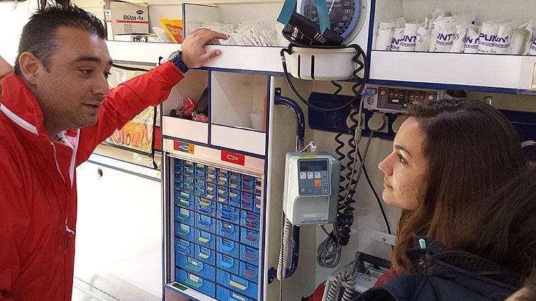 Los técnicos explicaron el material sanitario y de emergencias existente en estas unidades móviles.