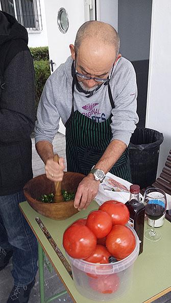 Paco Serrano realizó su ya tradicional picadillo de tomate
