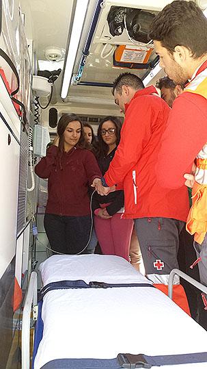 Los alumnos conocieron de primera mano el interior de una ambulancia.