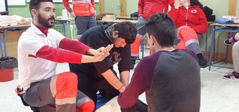 Cruz Roja enseña a aplicar en el Vega de Mar la RCP, una técnica que salva vidas