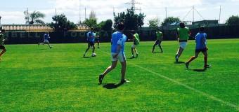 Alumnos del Vega de Mar disputan un partido de fútbol en el campo donde entrenan sus ídolos