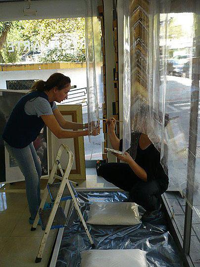 Ana y Esther trabajan en sus obras de arte.