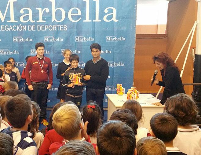 José Ángel Gálvez, de 12 años, recoge su trofeo como subcampeón.