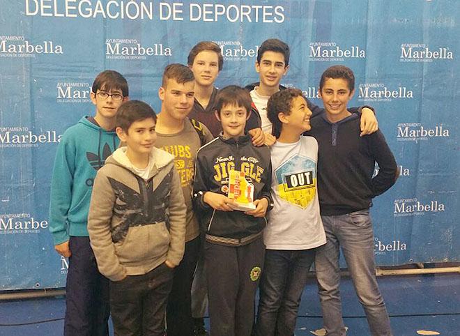 Los estudiantes del IES Vega de Mar que participaron en el Torneo de Ajedrez rodean al subcampeón José Ángel Gálvez