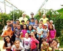 Los alumnos de tercero se cuelan en el invernadero.